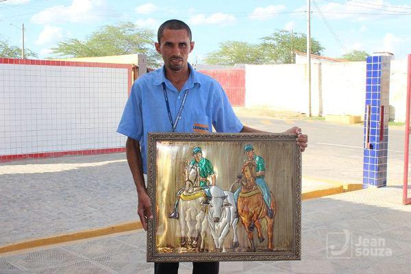 Aranha exibe uma de suas obras que retrata a temática Vaquejada.