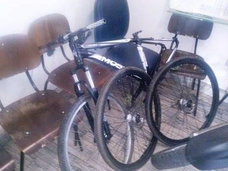 A bicicleta foi recuperada pela polícia faltando algumas peças.