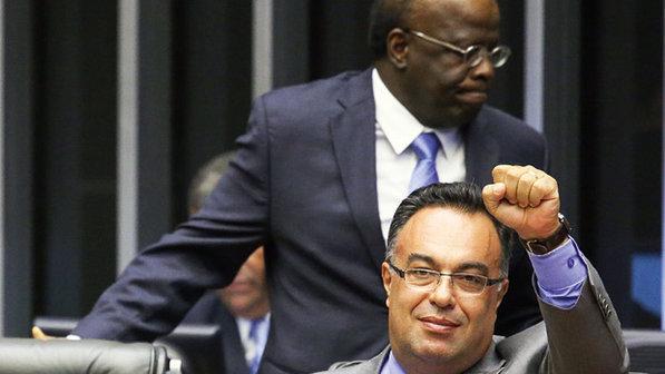 Na foto ao lado de Barbosa, deputado fez gesto em apoio a presos do mensalão.