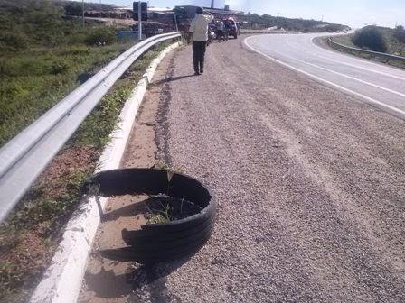 Pedaços do pneu ficaram espalhados pela asfalto.