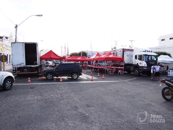 Standes montadas com os veículos de competição e carro de apoio no Largo Tungstênio Hotel.
