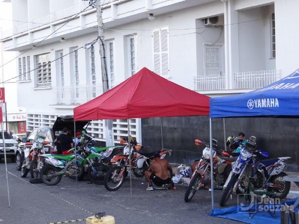 Motos de competição sendo revisadas ao lado do Tungstênio.