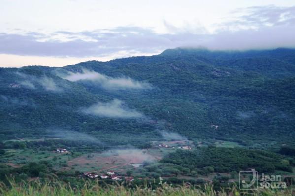 Paisagem verde misturada com o branco da névoa. Entre Florânia e Jucurutu.