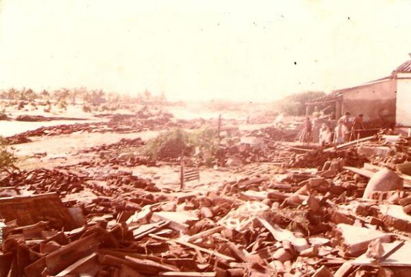 Um bairro inteiro foi devastado pela força da correnteza.