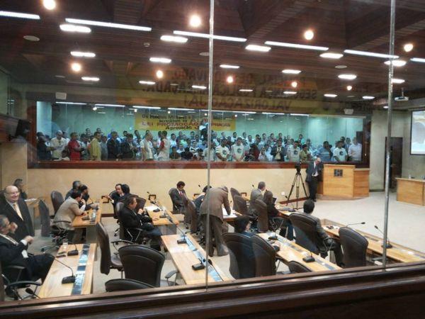 Centenas de praças estiveram nas galerias do Poder Legislativo.