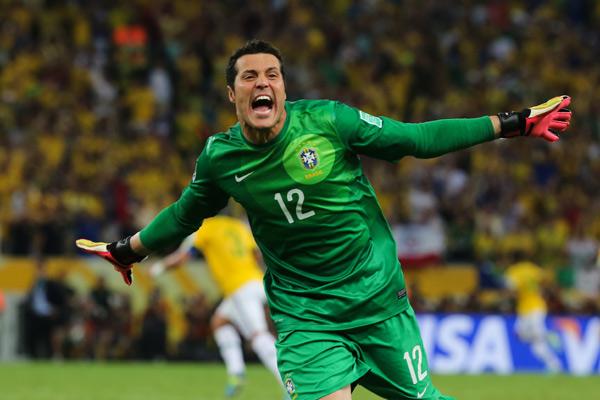 Júlio César brilha e garante classificação do Brasil para a próxima fase da Copa do Mundo.