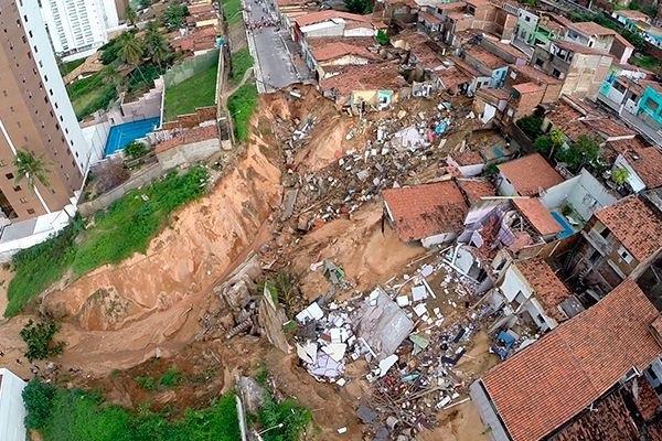A imagem mostra a gravidade da situação e dos monstruosos estragos no morro de Mãe Luiza e na praia de Areia Preta, em Natal/RN (Foto: Tribuna do Norte).