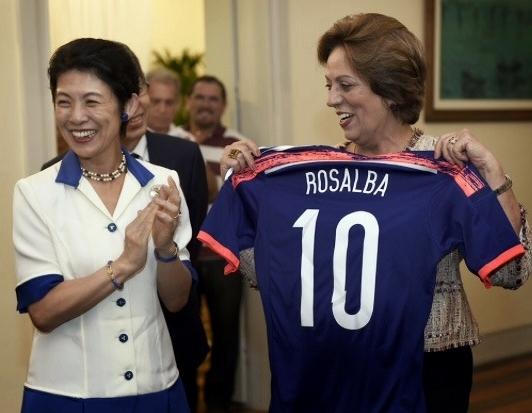 Rosalba foi presenteada com a camisa da Seleção Japonesa pelas mãos da Princesa.