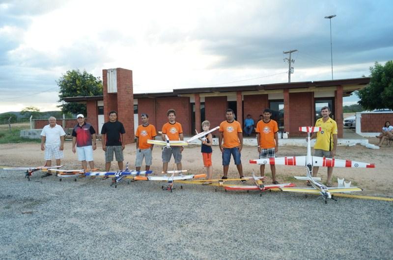 """Clube """"Aeronovos"""" é constituído por doze integrantes apaixonados pela prática do aeromodelismo em C. Novos."""