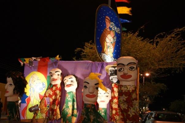 Corredor Cultural foi decorado com bonecos gigantes.
