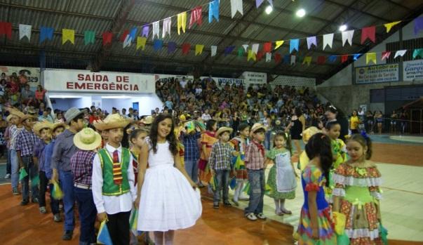"""Apresentações das escolas na """"Arena do Forró""""."""