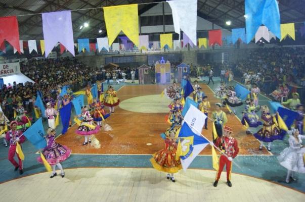 """As apresentações coloriram a """"Arena do Forró"""" (Palácio dos Esportes)."""