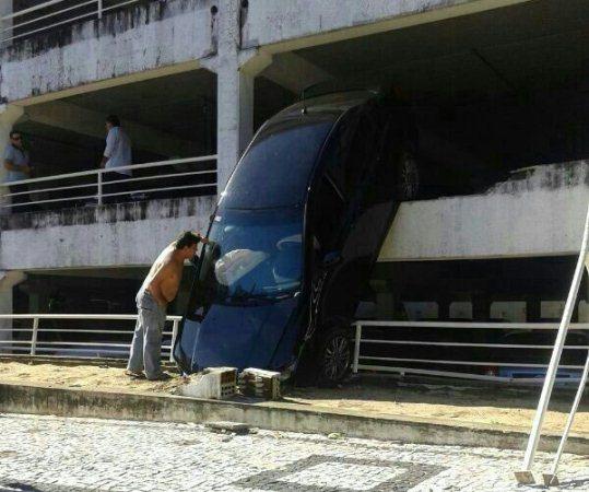Carro despencou de estacionamento, mas não houve feridos.