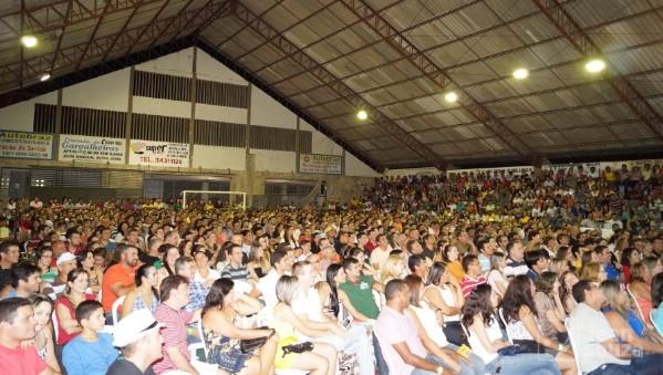 O Palácio dos Esportes ficou pequeno para receber o público.