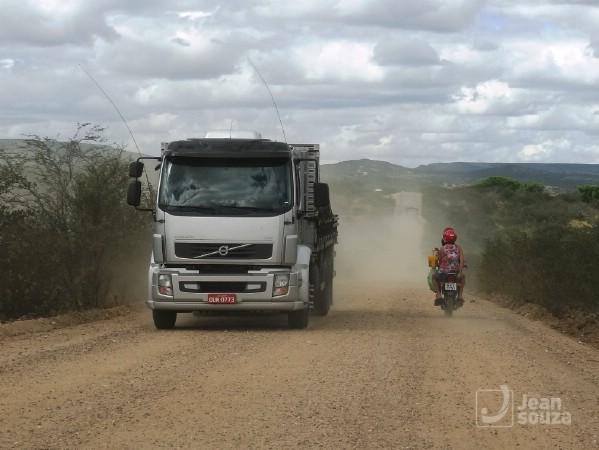 A estrada se tornou perigosa também para os motociclistas, principalmente pelo tráfego constante de caminhões.
