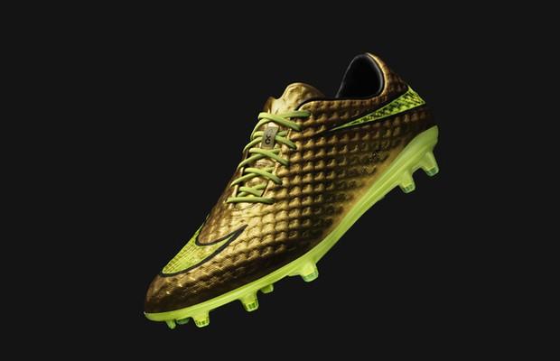 Onspirado em sua história pessoal, Neymar ganha chuteira dourada da Nike.