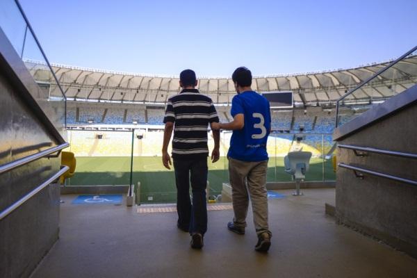 Audiodescrição, a tecnologia que possibilita pessoas com deficiência visual a compreender todos os detalhes dos jogos da Copa (Foto: Buda Mendes).