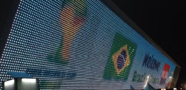 Telão de LED da Arena Corinthians exibindo a arte do jogo de abertura da Copa do Mundo 2014.