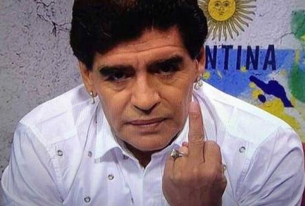 Sem senso de humor e chateado, Maradona não se contém diante dos comentários e faz gesto obsceno.