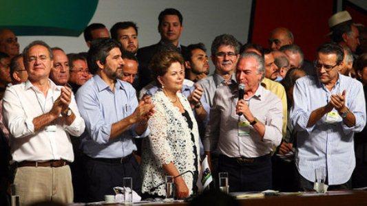 A presidente Dilma Rousseff participa da Convenção Nacional do PMDB, acompanhada do vice Michel Temer e do presidente do Senado Renan Calheiros, em Brasília (Foto: Alan Marques/Folhapress)