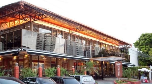 O restaurante aberto no local em que nasceu o negócio tem 750 lugares e mantém a banca de jornal.