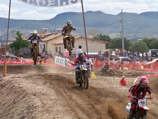 O Motocross de Frei Martinho, na Paraíba, atrai pessoas de toda a região (Foto: Luan Design).