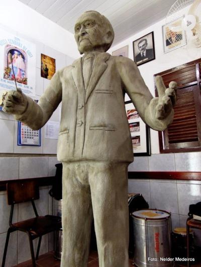 Estátua do Maestro Felinto Lúcio Dantas ficará exposta e afixada em Acari (Foto: Nelder Medeiros).