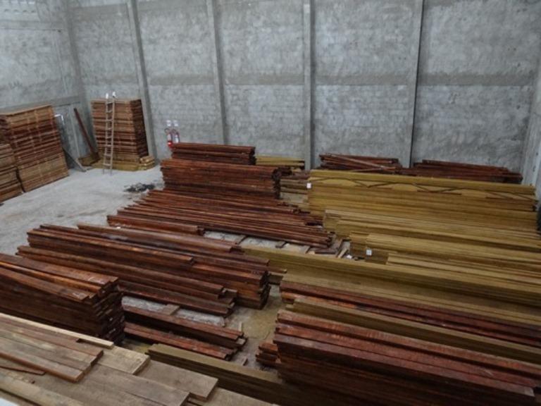 Depósito de armazenamento do produto carro-chefe da empresa: a madeira.