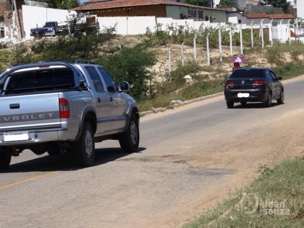 Para desviar dos buracos, motoristas utilizam a contramão.
