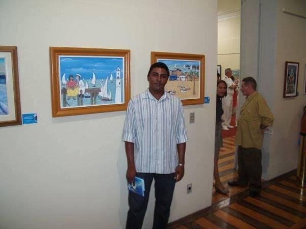 O artista plástico Francisco Nilson dos Santos expõe quadros na Colina dos Flamboyants, em Cerro Corá.