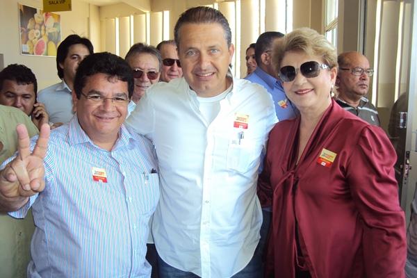 Em uma das visitas de Eduardo a Mossoró, Izinho Brandão estava lá para recepcioná-lo.