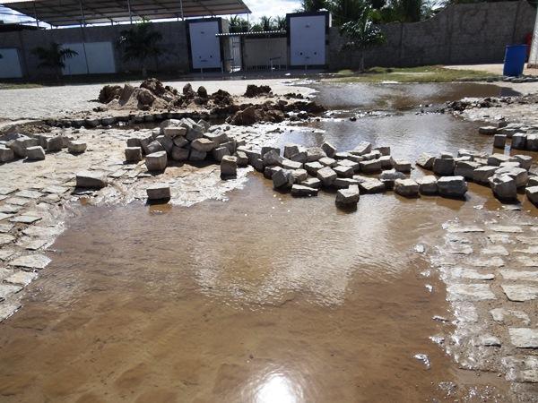 O vazamento está acontecendo uma obra de ampliação da rede de esgoto da Av. Cel Joseé Bezerra.