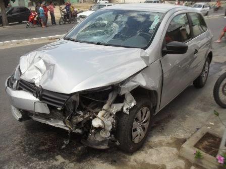 O veículo Gol ficou parcialmente destruído.