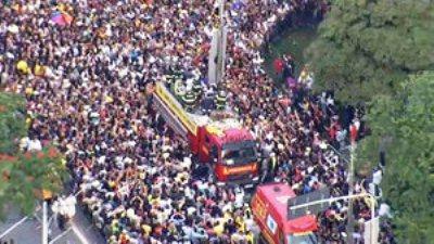 Cerca de 150 mil pessoas acompanham o cortejo.