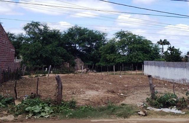 O terreno está em uma ótima localização e no ponto de construir até duas casas boas.