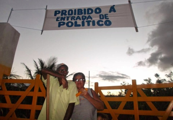 """Seu Arnaldo acredita que os políticos """"criarão vergonha na cara"""" e talvez façam algo pela comunidade."""