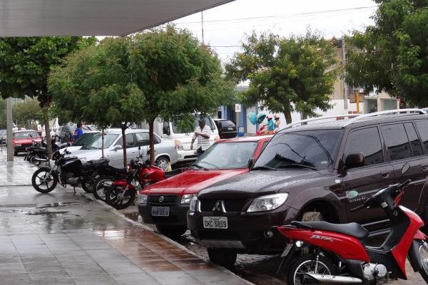 Rua Lula Gomes, molhada com a chuva.