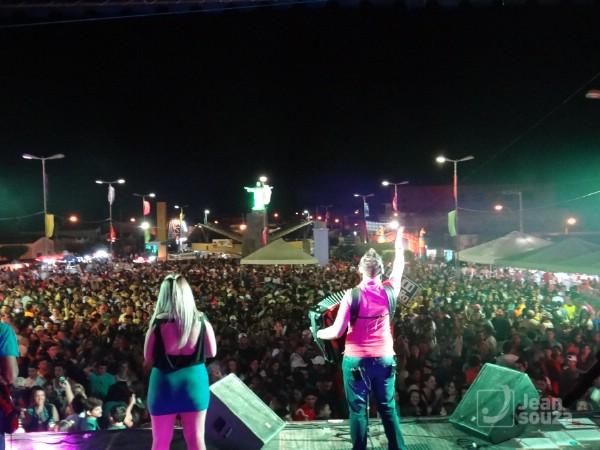 A pra de eventos ficou pequena para receber o público. Momento do show de Guilherme Dantas.