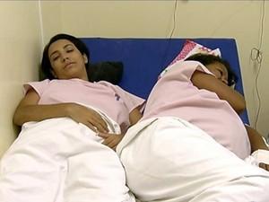 Mães divivem camas.