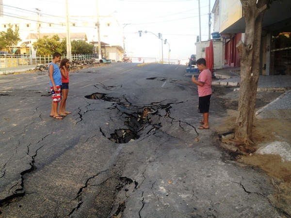 Parte do asfalto da Teotônio Freire ficou destruído. (Foto: Jean Souza).