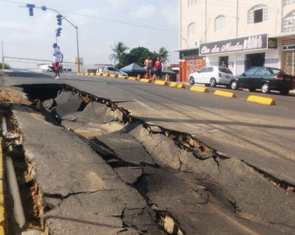 A força da água destruiu parte do asfalto da Teotônio Freire.