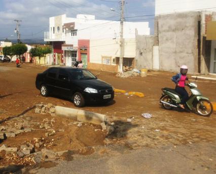 A água também arrastou muita lama para residências e comércios próximos ao local.