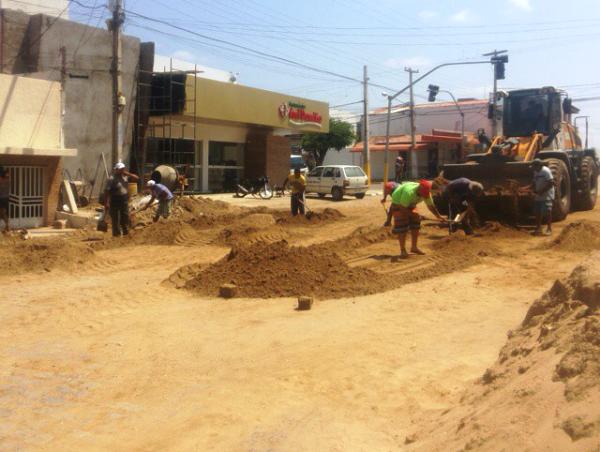 Equipe da Prefeitura com um trator está retirando a lama deixada pela conreteza. (Foto: CNagitos).