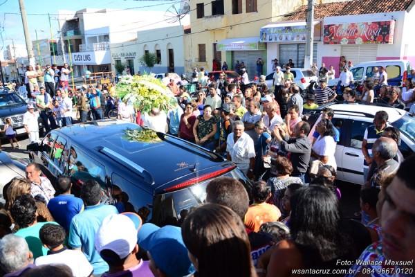 Uma multidão acompanhou o cortejo pelas ruas de Santa Cruz. (Foto: Wallace Maxsuel).