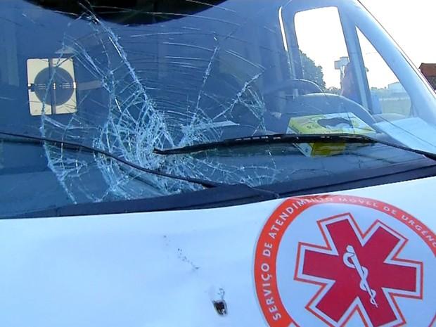 Ambulância estava com sirene ligada para atendimento em Natal (Foto: Reprodução/Inter TV Cabugi).