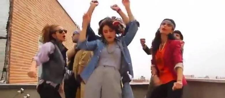 """No vídeo, várias pessoas dançam alegremente ao som da música """"Happy""""."""