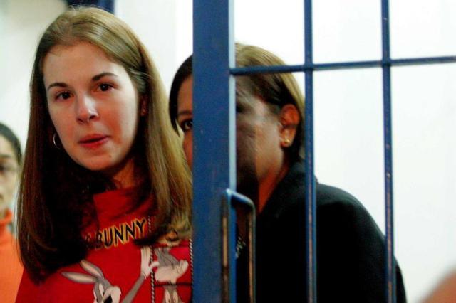 CASAL FORA DA LEI: Suzane von Richthofen se casa com sequestradora na prisão
