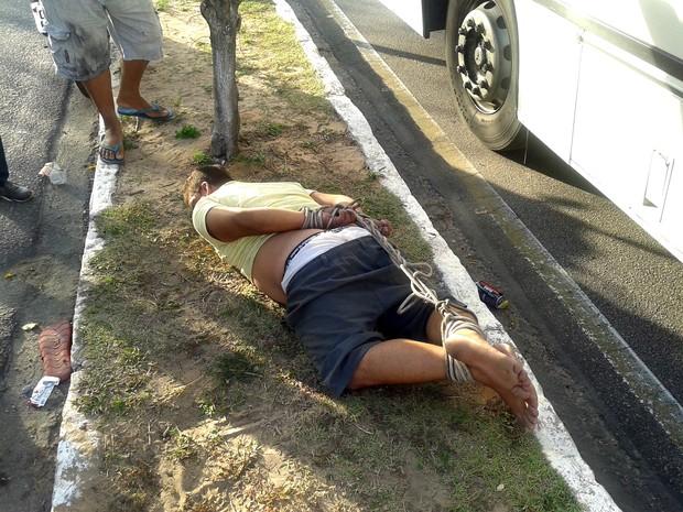 Homem foi amarrado em meio ao canteiro central da Avenida Abel Cabral, no bairro de Nova Parnamirim (Foto: Anderson Barbosa/G1).