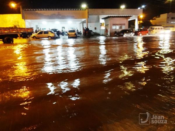 O canteiro principal da rua ficou encoberto com a água.
