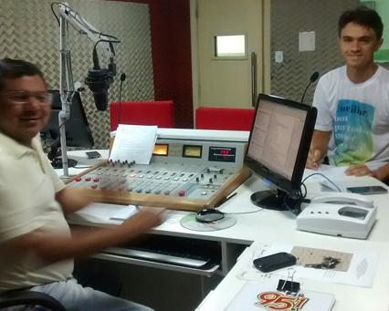 Repórter S. Ramos entrevistando o Juiz Dr. Marcus Vinícius.